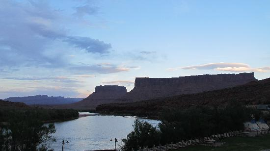 Red Cliffs Lodge: Sunset at resort