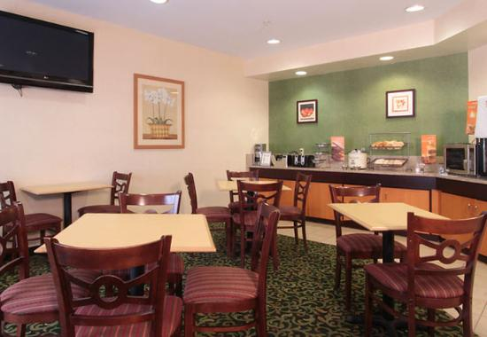 Fairfield Inn Louisville North: Breakfast Area