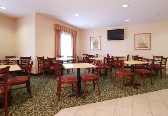 Fairfield Inn Louisville North: Breakfast Sitting Area