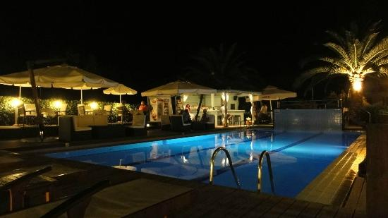 Agrilia Hotel: Looking across the pool to the bar