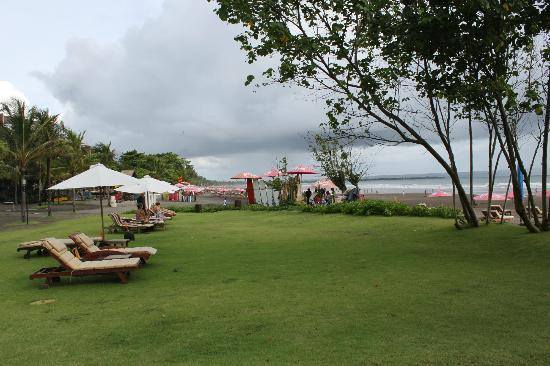 The Royal Beach Seminyak Bali - MGallery Collection: great lawn area between pool and beach