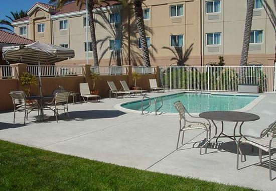 Fairfield Inn & Suites San Francisco-San Carlos: Outdoor Pool