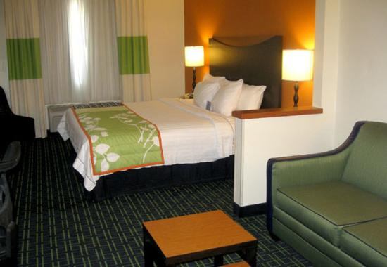 Fairfield Inn Dubuque: Executive King Guest Room