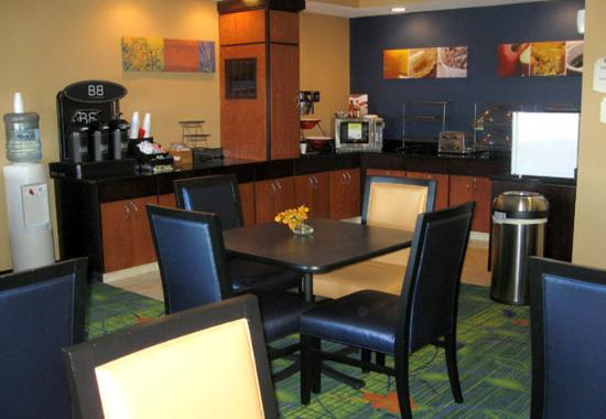 Fairfield Inn Dubuque: Breakfast Bar