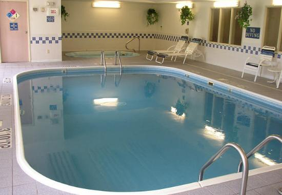 Fairfield Inn Dubuque: Indoor Pool &amp; Spa