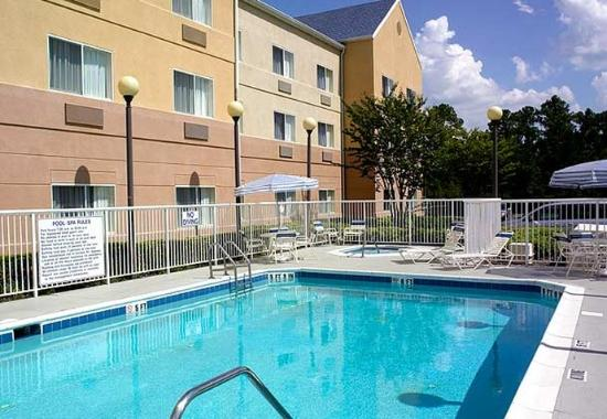 Fairfield Inn Jacksonville Airport: Outdoor Pool &amp; Whirlpool