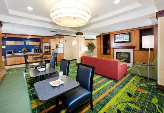 Fairfield Inn &amp; Suites Dover: Breakfast Dining Area