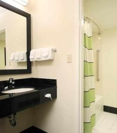 Fairfield Inn & Suites Gulfport: Guest Bathroom