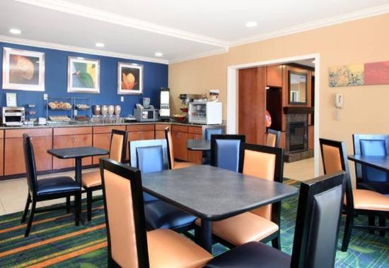 Fairfield Inn &amp; Suites Gulfport: Complimentary Breakfast