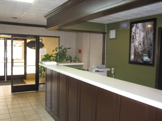 Fayetteville Inn And Suites: Front Desk