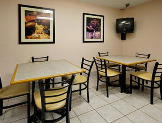 Super 8 Bridgeton/Airport: Breakfast Area