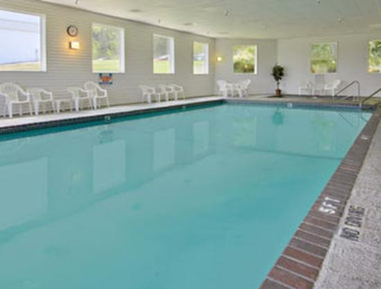 Super 8 Hotel Petoskey: Pool