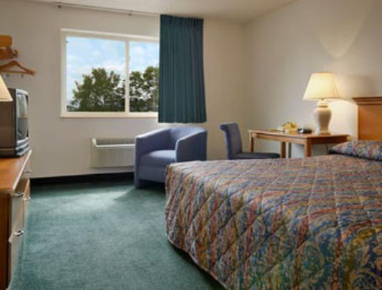 Super 8 Newburgh: Standard King Bed Room
