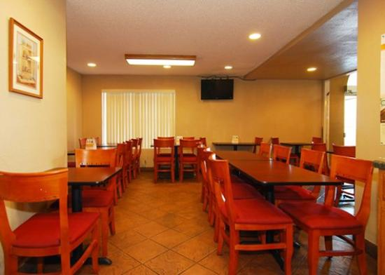 Quality Inn Southwest: Breakfast area