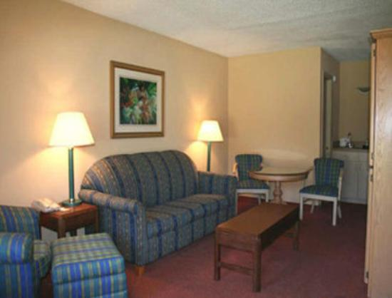 Travelodge Inn &amp; Suites Jacksonville Airport : Two Room Suite Living Area 