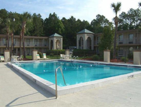 Travelodge Inn &amp; Suites Jacksonville Airport : Outdoor Swimming Pool 