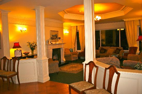 Loch Lein Country House: Living room area with a warm fireplace.
