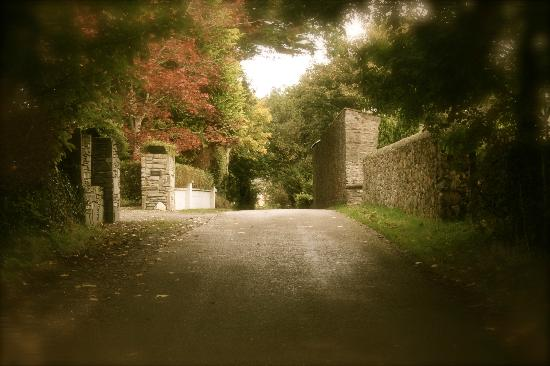 Loch Lein Country House: Driving up to the manor.