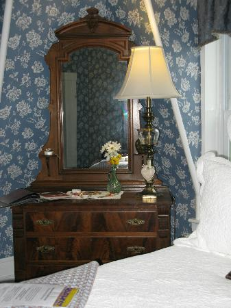 Inn Victoria: fresh flowers & antiques