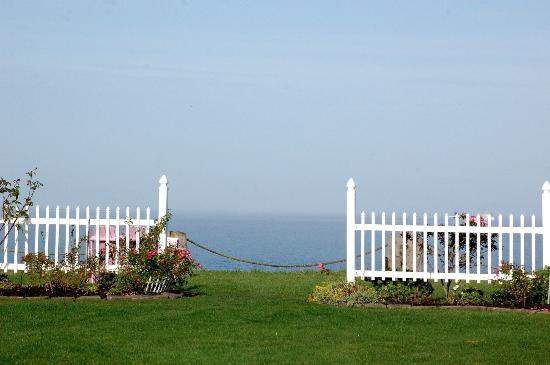 Sea Cliff Gardens Bed & Breakfast: The B&B is right on the water