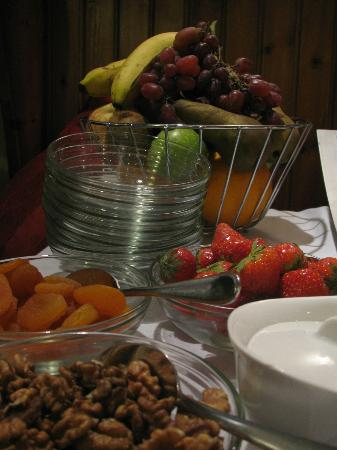 Meadow Inn &amp; Steakhouse: Continental goodies at breakfast