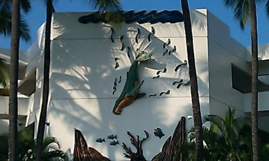 Wyndham Royal Sea Cliff: Metal Sculpture on Wall at Front of Resort