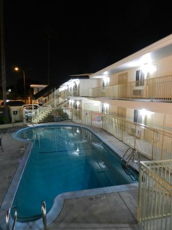 Super 8 Los Angeles / Culver City Area: Piscine