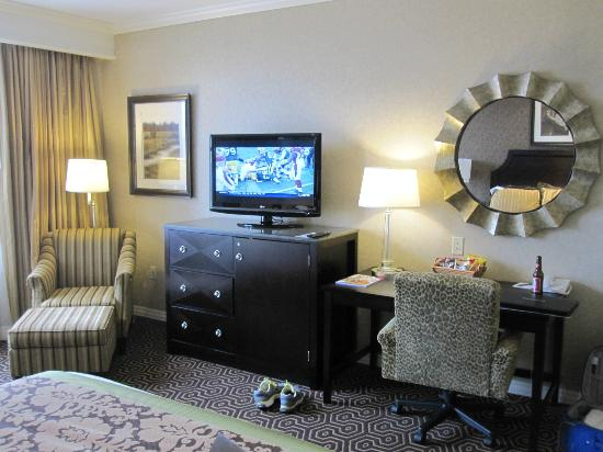 Hotel Julien Dubuque: HD TV and desk