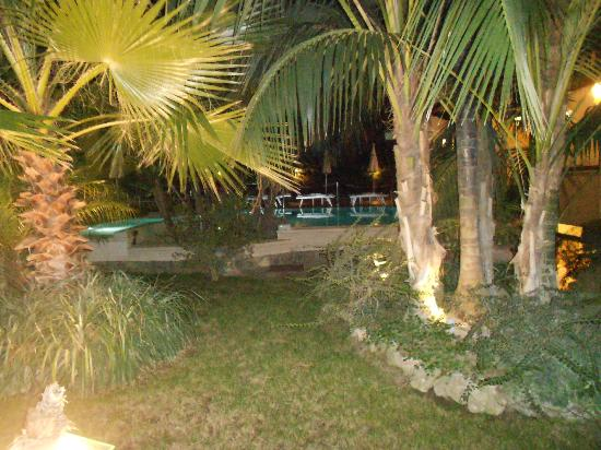 Hotel Zi Teresa: Garden at night