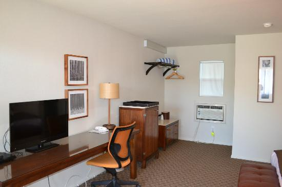 Skylark Hotel: Spacious Rooms with Lots of Amenities