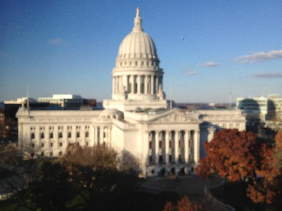 BEST WESTERN PLUS Inn on the Park: View of Wisconsin State Capitol building from my room