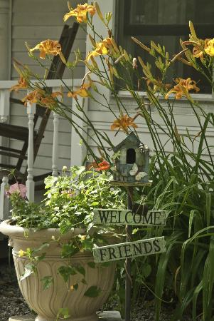 Golden Stage Inn Bed and Breakfast: Sometimes watching the flowers grow from the front porch is all that needs to be done!