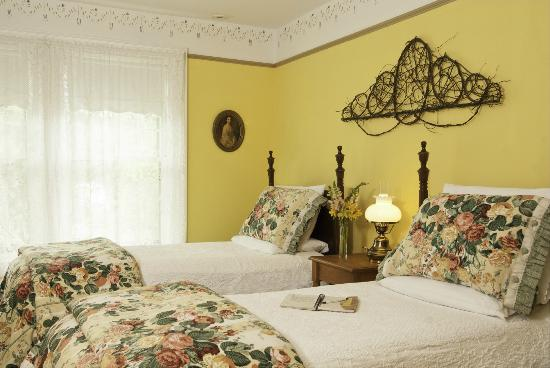 Proctorsville, VT: Rev. Warren's room offers twin beds or a king sized, with a private bath with shower.