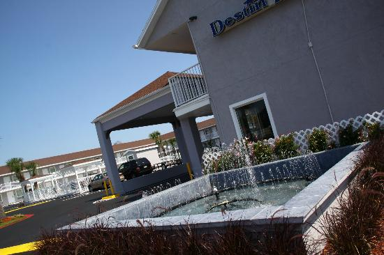 Destin Inn &amp; Suites: little fountaine next to the lobby