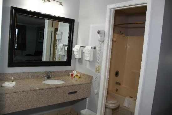 Destin Inn &amp; Suites: Bathroom