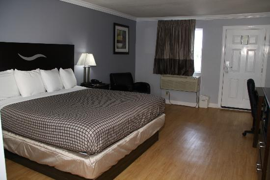 Destin Inn &amp; Suites: Room with a king size bed