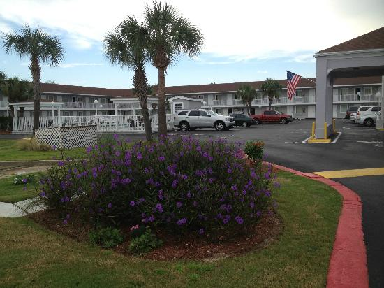 Destin Inn &amp; Suites: Outside the hotel
