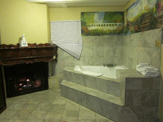 Days Inn Monterey-Fisherman&#39;s Wharf/Aquarium: Jacuzzi Tub and Fireplace