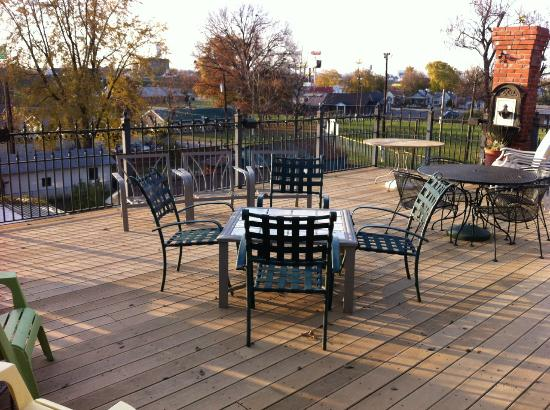 Jeffersonville, IN: Upper level deck - Market Street Inn