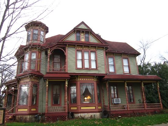 Queen Anne Guest House: Side view of the home