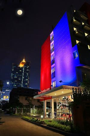 Tune Hotel Asoke, Bangkok: Hotel Building at night time