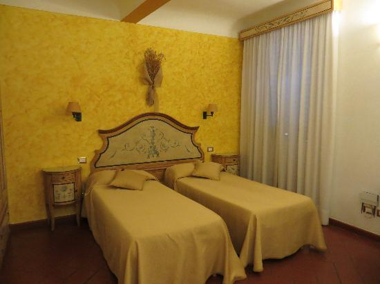 Locanda dei Poeti: Our twin room near reception