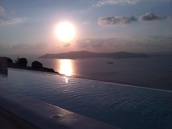 Rocabella Deluxe Suites &amp; Spa Santorini: Sunset over the infinity pool