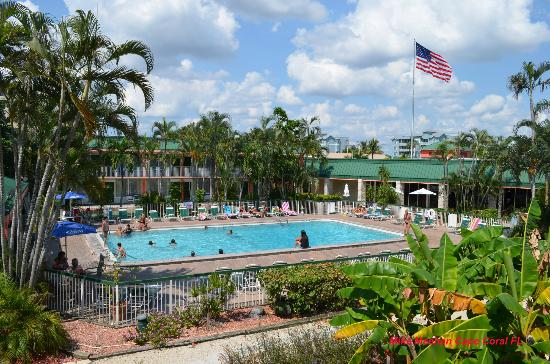Wyndham Garden Fort Myers Beach: Wide view of pool.
