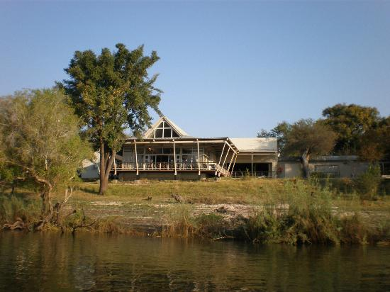 Protea Hotel Zambezi River Lodge: Vista del hotel desde el rio