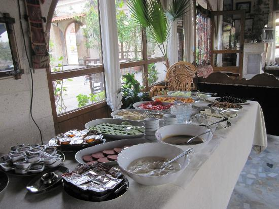 Cave Hotel Saksagan: The buffet at breakfast