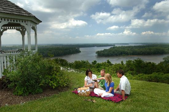 Alton, IL: Enjoy a picnic overlooking the confluence of the Mississippi and Illinois rivers.