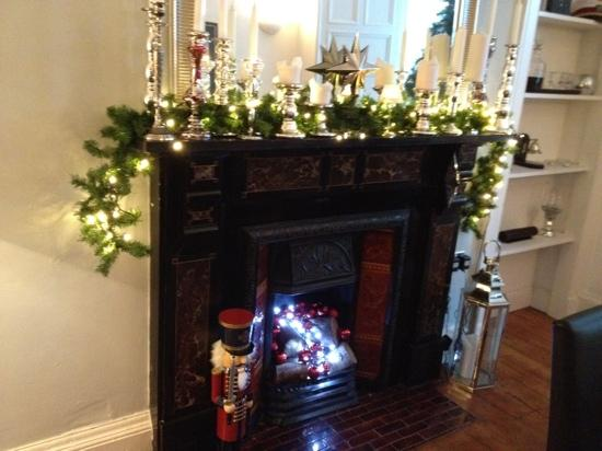 Edinburgh's Grouse House: Lovely fireplace.