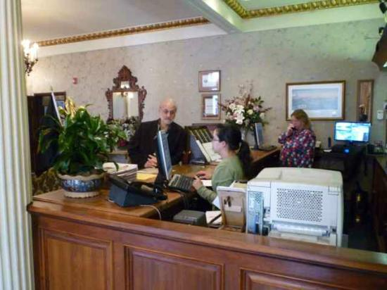 Le Richelieu in the French Quarter: Friendly front desk