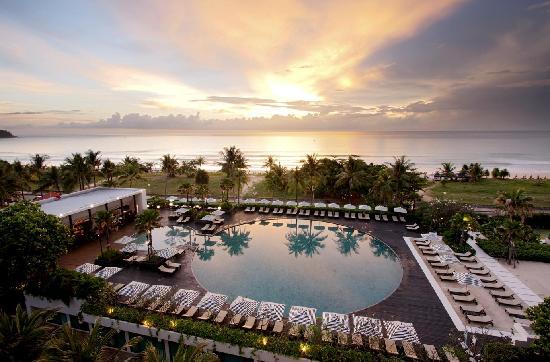 Hilton Phuket Arcadia Resort & Spa: Ocean Beach Club in the evening